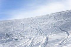 在倾斜的滑雪和雪板轨道 免版税库存图片