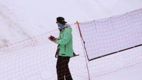 在倾斜跃迁的挡雪板乘驾从在滑雪胜地的高跳板 有效的体育运动 股票录像