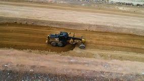 在倾销者卡车的顶视图挖掘机装货压碎岩 股票视频