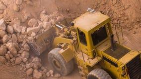 在倾销者卡车的顶视图挖掘机装货压碎岩 影视素材