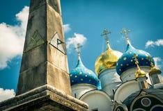 在假定大教堂背景的老日规三位一体的Ser 图库摄影