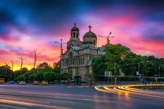 在假定的大教堂的日落在瓦尔纳 免版税库存照片