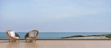 在假日使生存休息室和Sundeck靠岸在海 免版税库存图片
