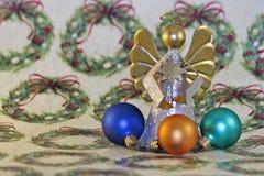 在假日包装纸的圣诞节装饰品 库存图片