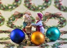 在假日包装纸的Xmas装饰品 库存照片