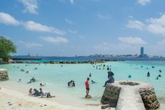 在假日期间,公开热带海滩由穆斯林拥挤了 库存图片