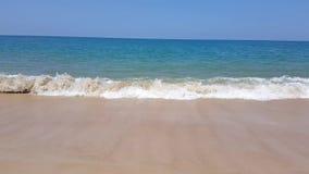在假日期间,在豪华旅馆,有吸引力的清楚的海,自然海岸线背景前面的田园诗水晶海滩波浪海水 影视素材