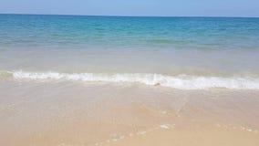 在假日期间,在豪华旅馆,有吸引力的清楚的海,自然海岸线背景前面的田园诗水晶海滩波浪海水 股票视频