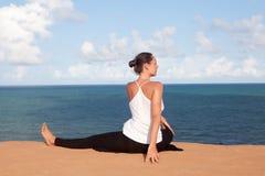 在假日期间,做瑜伽 免版税库存图片