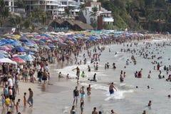 在假日期间,拥挤海滩 免版税库存图片