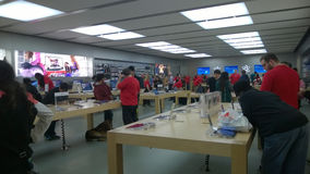 在假日期间,苹果计算机商店 免版税库存图片