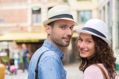 在假日期间,年轻夫妇参观的城市 库存照片