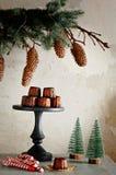 在假日桌上的传统法国甜点心canele蛋糕 圣诞节气氛,生活方式,给圣诞老人项目的一封信件 库存照片