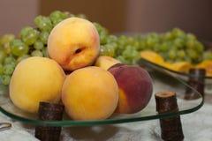 在假日桌上的新鲜水果 免版税库存图片