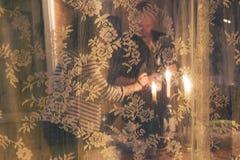 在假日桌上的浪漫夫妇照明设备蜡烛 免版税图库摄影