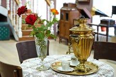 在假日桌上的老俄国式茶炊 库存图片