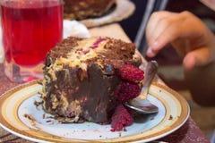 在假日桌上的蛋糕 免版税库存照片