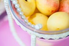在假日桌上的水多的果子 库存照片