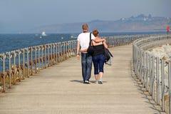 在假日步行的浪漫夫妇 免版税图库摄影