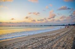 在假日海滩的日落在巴厘岛印度尼西亚 库存照片