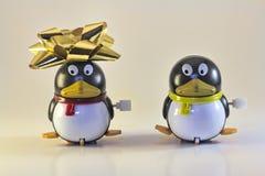 在假日画象的两只玩具企鹅 免版税库存图片