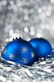 在假日背景的蓝色圣诞节球 圣诞快乐看板卡 图库摄影