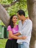 在假日活动的夫妇在庭院里。 免版税库存图片