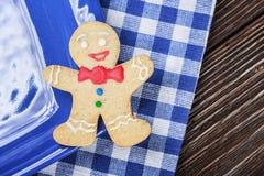 在假日紧贴的微笑的姜饼人 免版税库存图片
