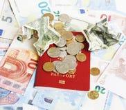 在假期生活方式概念的旅行:在桌上的现金金钱在mes 库存图片