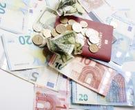 在假期生活方式概念的旅行:兑现在桌上的金钱在与护照的混乱并且改变 库存图片