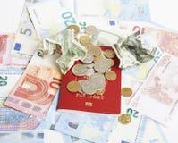 在假期生活方式概念的旅行:兑现在桌上的金钱在混乱,不同的货币 免版税库存照片