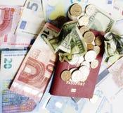 在假期生活方式概念的旅行:在桌上的现金金钱在mes 库存照片