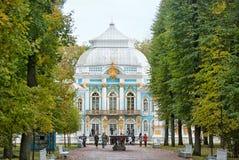 在偏僻寺院亭子附近的人们 Tsarskoye Selo 圣彼德堡 俄国 图库摄影