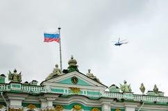 在偏僻寺院的屋顶的旗子在圣彼德堡 免版税库存照片