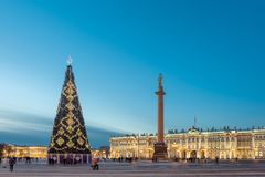 在偏僻寺院的背景的圣诞树在一个冬天晚上 圣彼德堡 俄国 库存图片