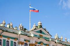 在偏僻寺院大厦的俄国旗子 免版税库存图片