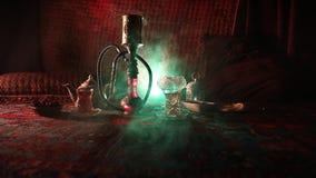 在做云彩的shisha碗的水烟筒热的煤炭蒸汽在阿拉伯内部 在地毯东部茶道的东方装饰品 股票录像