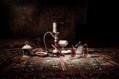 在做云彩的shisha碗的水烟筒热的煤炭蒸汽在阿拉伯内部 在地毯东部茶道的东方装饰品 库存照片