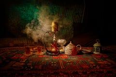 在做云彩的shisha碗的水烟筒热的煤炭蒸汽在阿拉伯内部 在地毯东部茶道的东方装饰品 库存图片