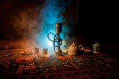 在做云彩的shisha碗的水烟筒热的煤炭蒸汽在阿拉伯内部 在地毯东部茶道的东方装饰品 免版税库存照片