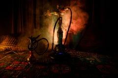 在做云彩的shisha碗的水烟筒热的煤炭蒸汽在阿拉伯内部 在地毯的东方装饰品 时髦的东方shis 库存照片