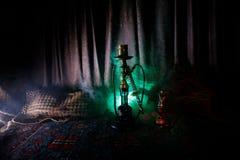 在做云彩的shisha碗的水烟筒热的煤炭蒸汽在阿拉伯内部 在地毯的东方装饰品 时髦的东方shis 图库摄影