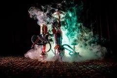 在做云彩的shisha碗的水烟筒热的煤炭蒸汽在阿拉伯内部 在地毯的东方装饰品 时髦的东方shis 免版税库存照片
