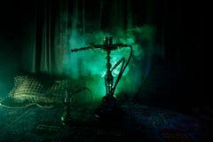 在做云彩的shisha碗的水烟筒热的煤炭蒸汽在阿拉伯内部 在地毯的东方装饰品 时髦的东方shis 免版税图库摄影
