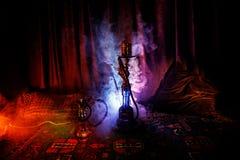 在做云彩的shisha碗的水烟筒热的煤炭蒸汽在阿拉伯内部 在地毯的东方装饰品 时髦的东方shis 库存图片