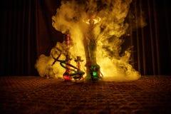 在做云彩的shisha碗的水烟筒热的煤炭蒸汽在阿拉伯内部 在地毯的东方装饰品 时髦的东方shis 免版税库存图片