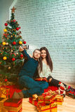在做圣诞节Selfie的爱的夫妇 免版税库存图片