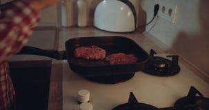 在做在平底锅的气体滚刀的厨房妇女汉堡 股票录像