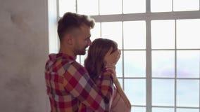 在做惊奇的窗口附近的年轻夫妇在家一起圣徒华伦泰` s天概念 股票录像