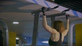 在做执行身体正确的技术的妇女的慢射击举 影视素材
